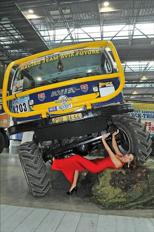 V expozici Motor sportu se Eva pokusila opravit obrovskou Avii, která jezdí v extrémně náročných terénech. Nepovedlo se, ale aspoň u toho vypadala dobře.