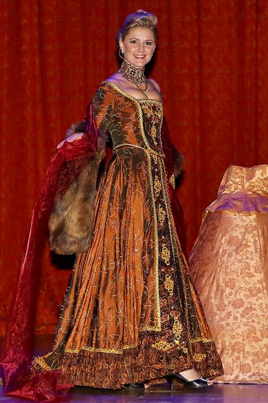 Monika Židková na plese i předváděla jeden z kostýmů.