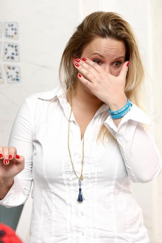 Jitka se během proslovu své nemocné kamarádky Olgy rozplakala.