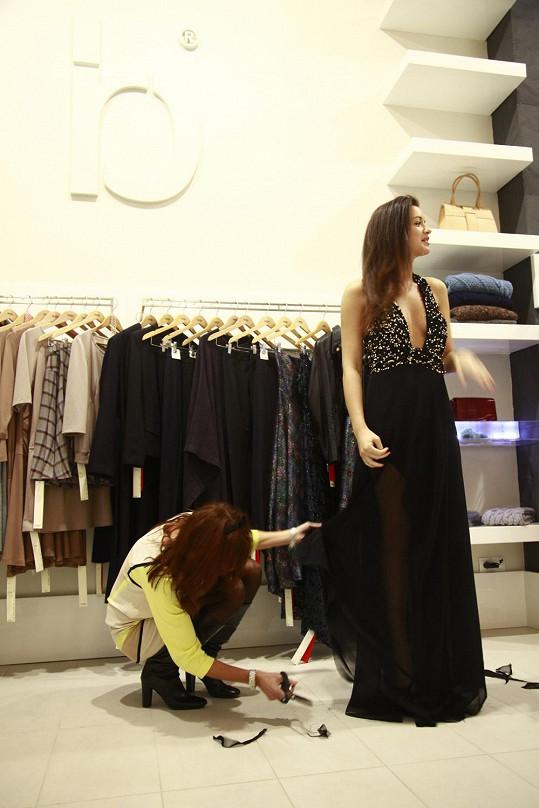 Rajská zkracovala sukni přímo na modelce.