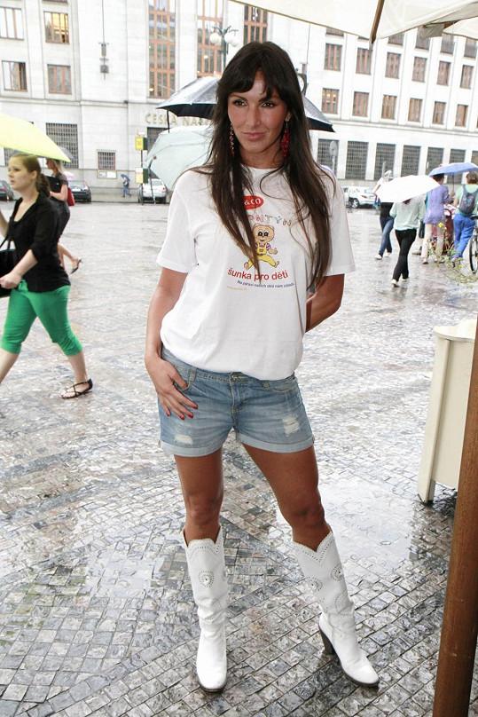 Andrea Vránová v krátkých šortkách