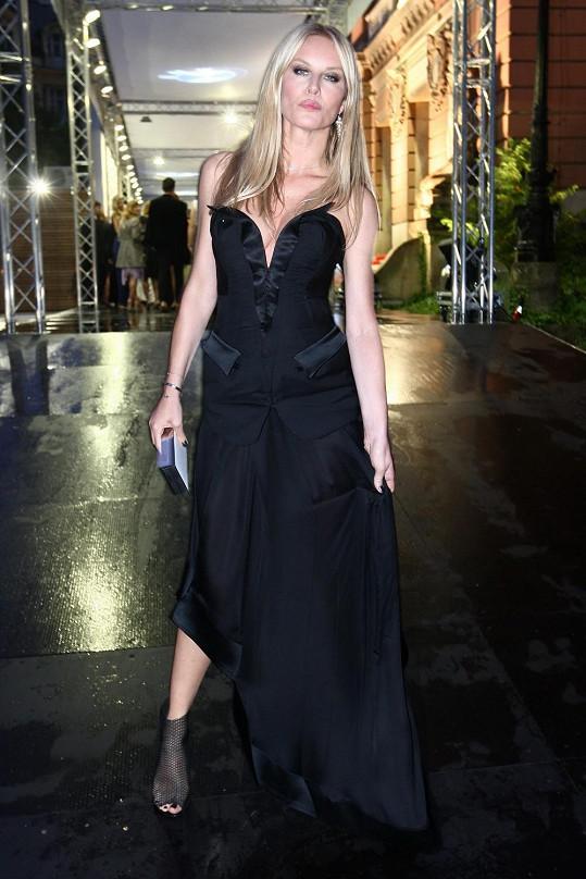 Simona Krainová zářila v šatech Kateřiny Geislerové. Byly sice jen černé, ale zato nápadité.