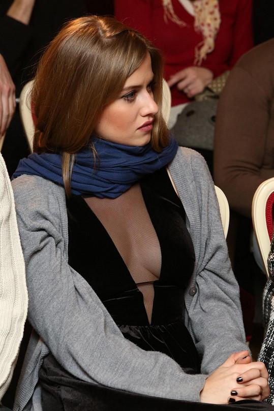 Moderátorka šaty oblékla podruhé na tiskovku.