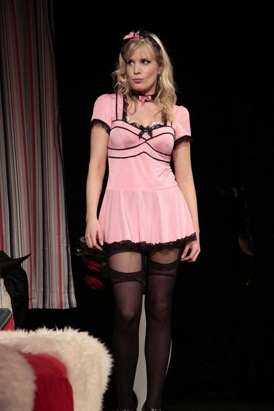Na jevišti v sexy kostýmu a podvazcích exceluje i manželka Jana Šťastného Bára.