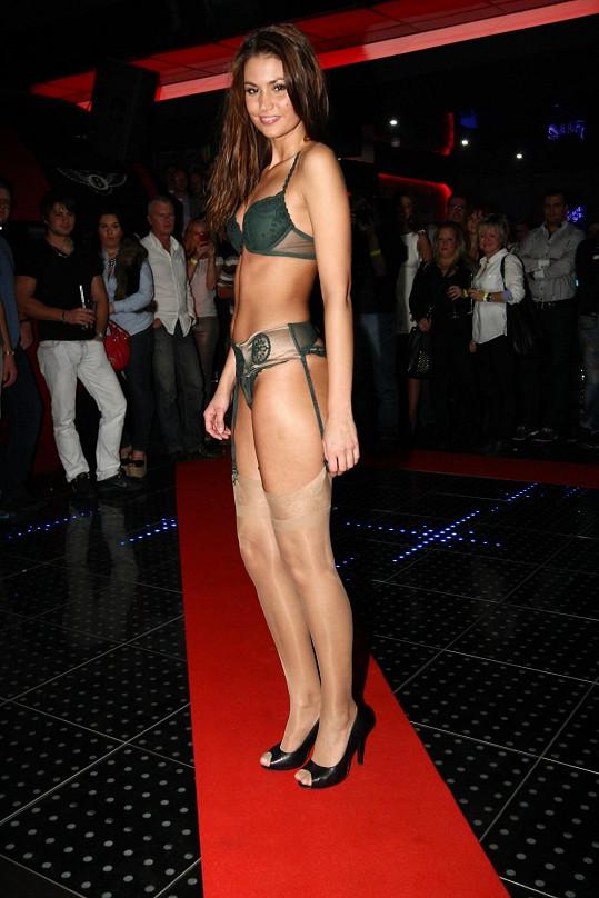 Lucie Smatanová na módní show luxusního spodního prádla.
