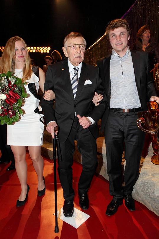 Otec Jarmily, operní tenor Zdeněk Švehla, dostal nedávno cenu Thálie za celoživotní mistrovství v opeře. Doprovodila ho vnoučata - Mariana a Robert, který září v Městských divadlech pražských.