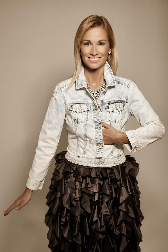 Stylistka Klára oblékla dýdžejky do džínové módy v kombinaci s modely Tiqe návrhářky Petry Balvínové.