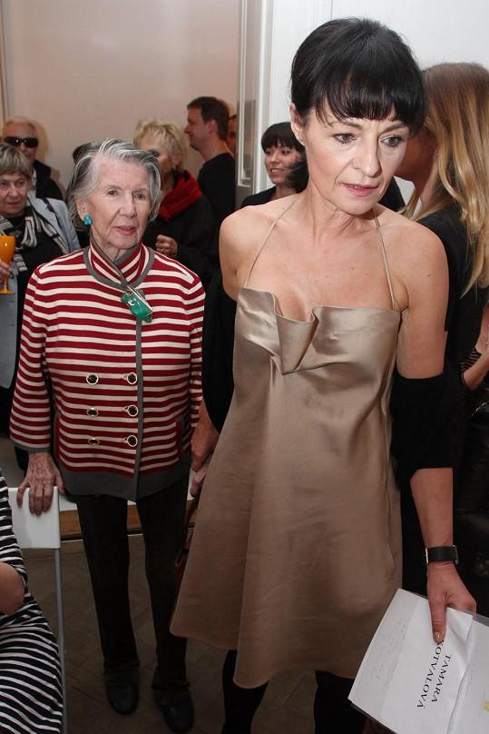Meda Mládková letos oslaví 100. narozeniny. Na snímku s módní návrhářkou Liběnou Rochovou.