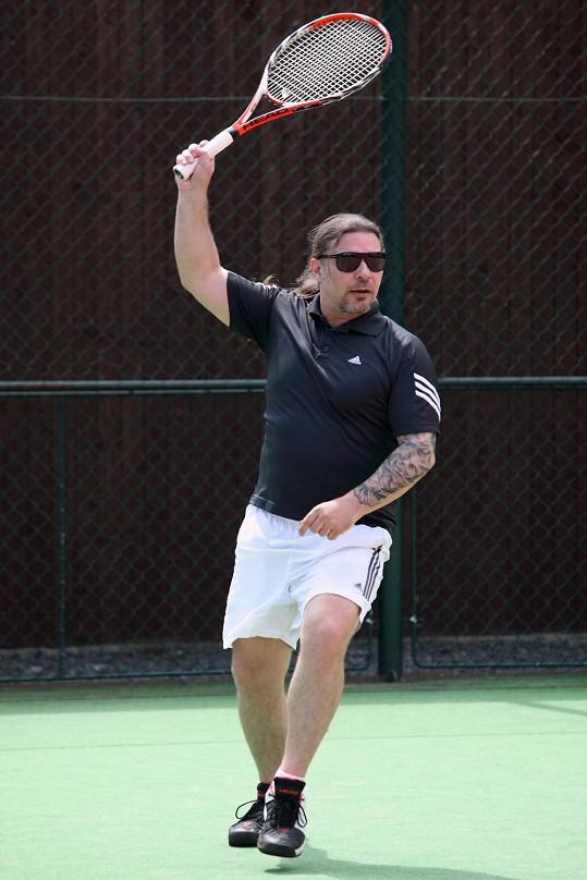 A to aktivně hraje tenis.