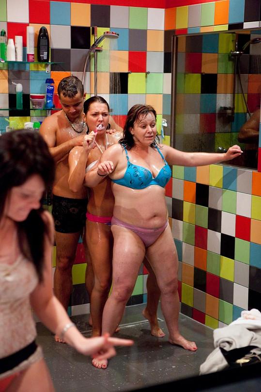 Martin, Nikol a Romana si ze sprch udělali taneční parket.