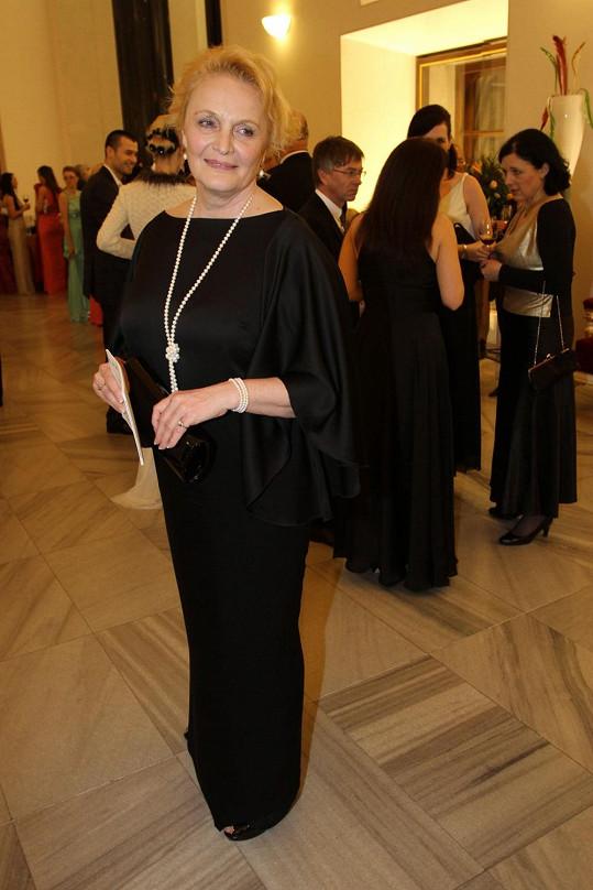 Po černé klasice sáhla Regina Rázlová. Šaty jsou velmi jednoduché, ale díky netopýřím rukávům nenudí. S černým modelem kontrastují klasické bílé perly.