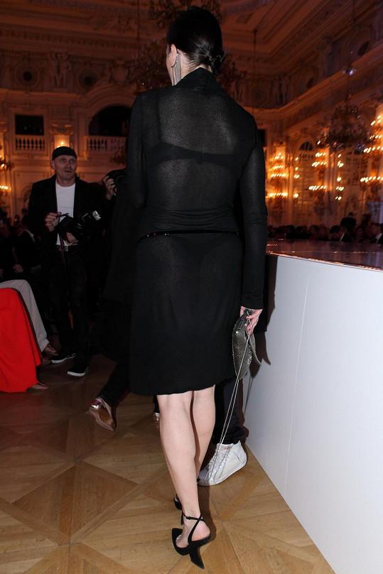 Pod odvážnými šaty herečce prosvítaly černé kalhotky a podprsenka.