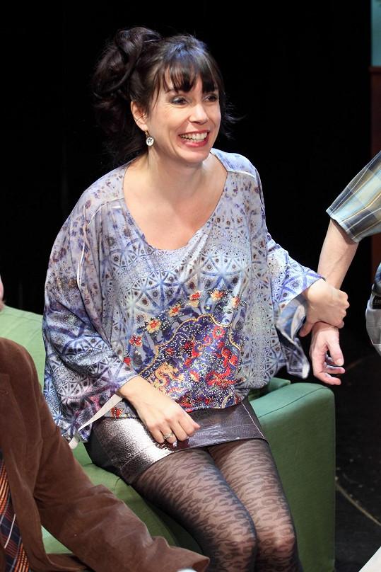 Zahraje si Annu Kozounovou, která ráda nosí minisukně.