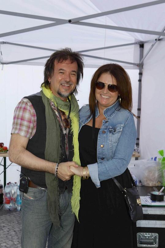 Kateřina v objetí se známým chorvatským zpěvákem Gibbonim.