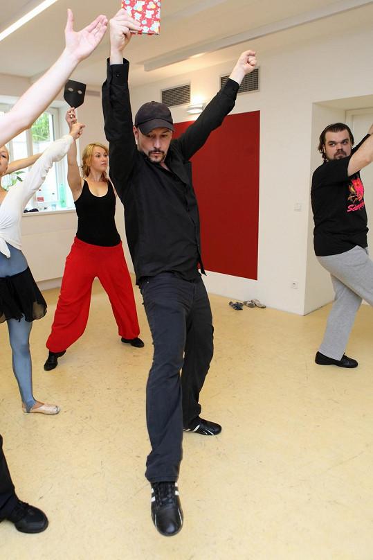 Muzikálový zpěvák se nejvíc nadře při tanečních zkouškách.