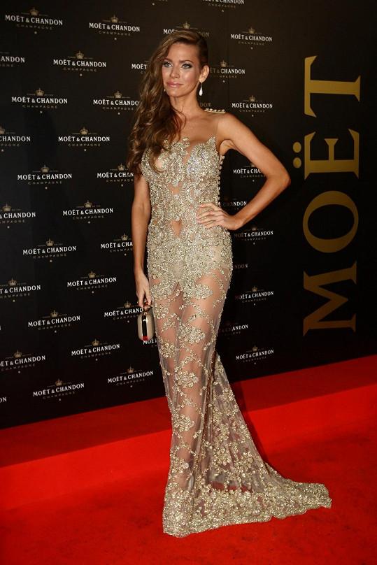 Andrea si na párty, která měla předepsaný zlatý dress code, vybrala šaty od Jany Pištějové.