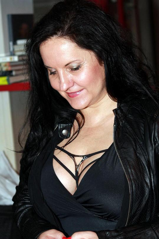 Renata Abtová si kontroluje výstřih.