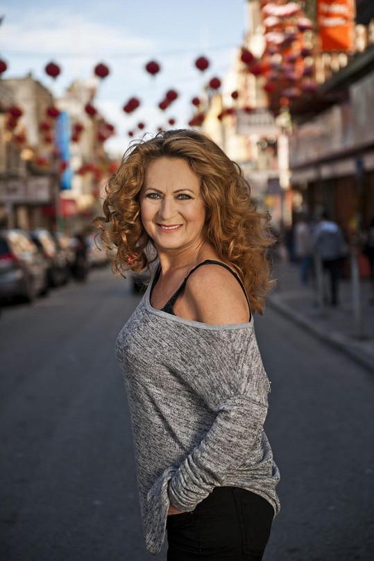 Simona je krásná žena i před šedesátkou...