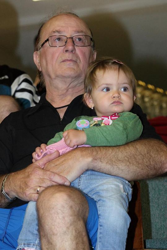 Petr Janda s dcerou Rozárkou s napětím sledovali tenisové konkurenty.