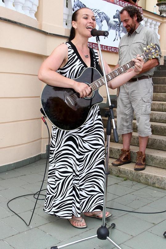 Jana zazpívala písničku o levhartech, kterou brzy šoupne na svou novou desku.