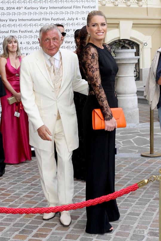 Opálený Jiří Menzel s manželkou Olgou.