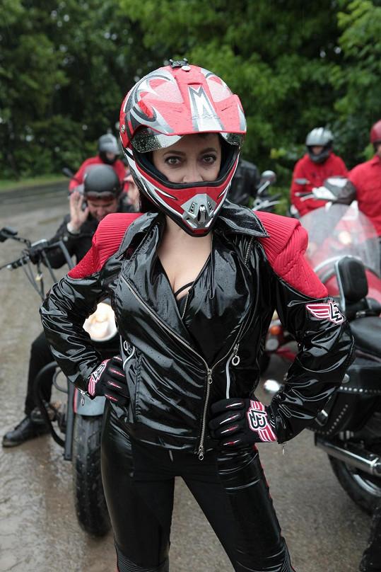 Zpěvačka v motorkářském oblečení během natáčení Talentu