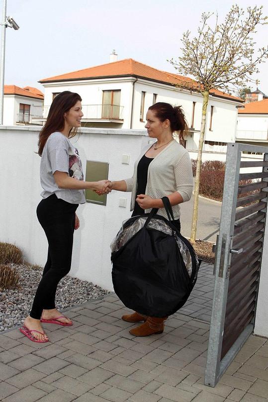 Cestování po Praze je pro zpěvačku čím dál namáhavější, takže si objednala opalovacího kurýra přímo do domu.