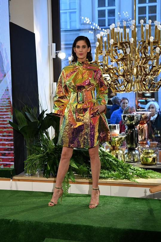 Aneta Vignerová předvedla netradiční zlatý kabátec.