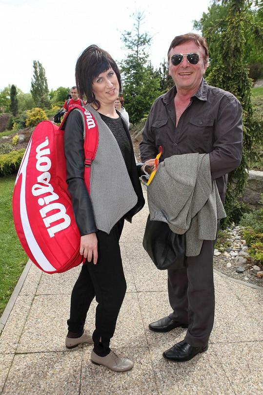 Monika s partnerem dorazila spíše ve společenské kreaci, k níž se tenisová taška nehodila.