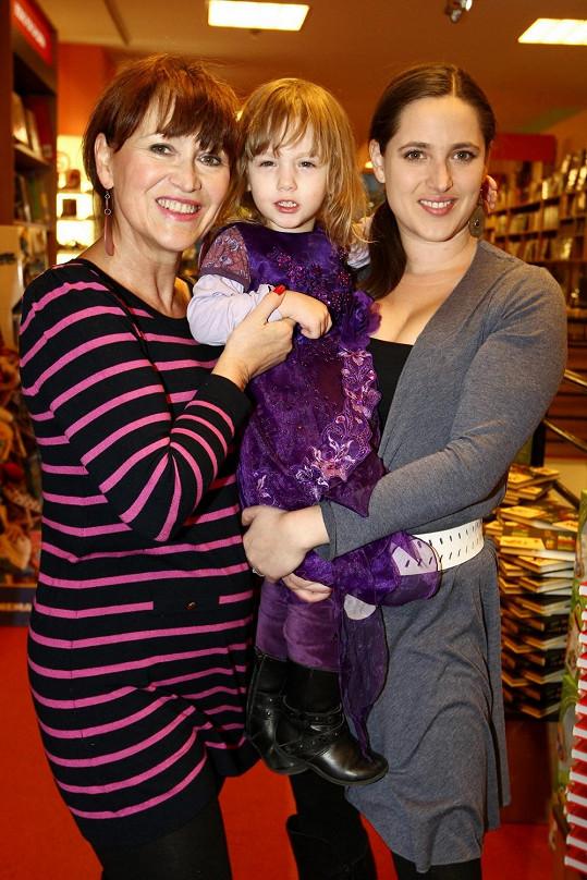 Petra Černocká s vnučkou a dcerou