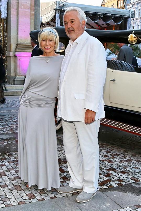 Jana s manželem při příchodu na večírek ve stylu Velkého Gatsbyho