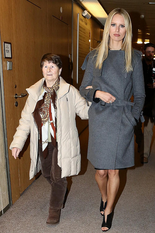 Karolína s babičkou.