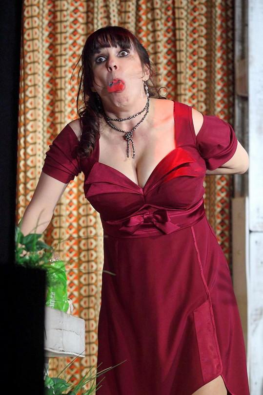 Scéna, kdy Nela páchá sebevraždu mycí houbičkou a začne se dusit, patří k vrcholům představení.