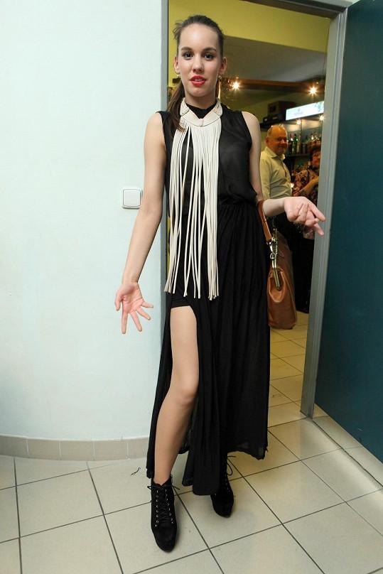 Míšiny šaty měly vysoký rozparek, který dal vyniknout zpěvaččiným dlouhým nohám.