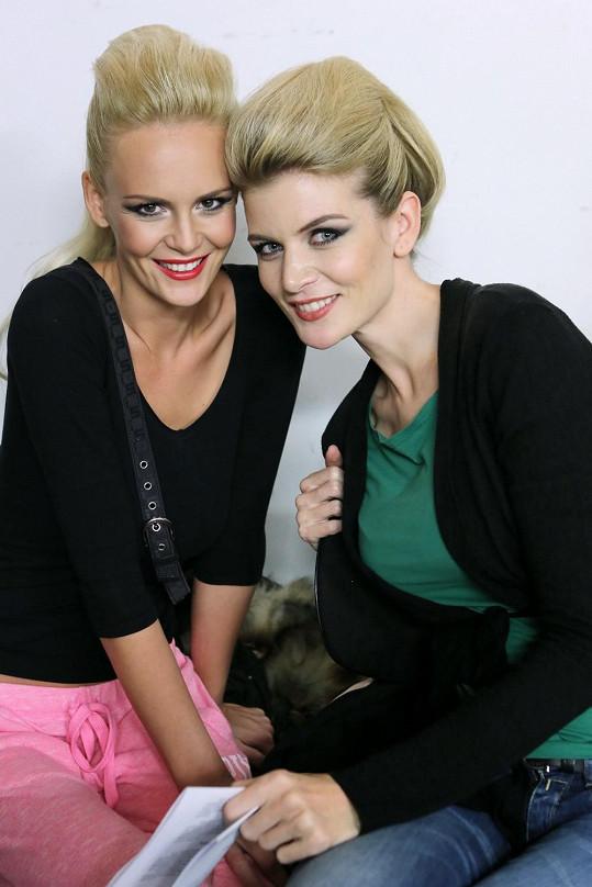 Dvě České Miss Hadašovou a Vítovou jsme zpovídali v zákulisí přehlídky.