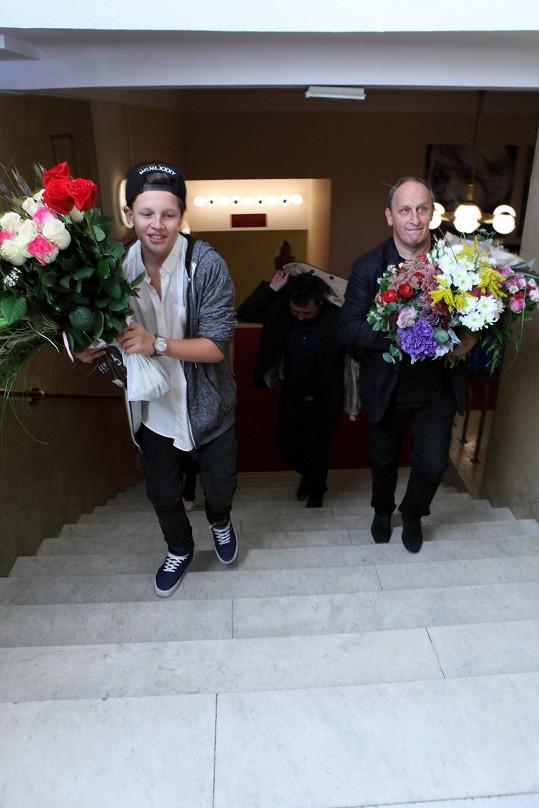 Jan a Jáchym odnášeli květiny, které Ivana Chýlková dostala při premiéře Hlavy v písku.