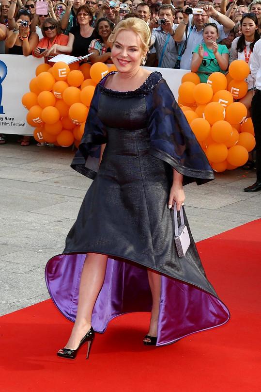 Pro většinu žen své generace je Dagmar Havlová vzorem stylu. I mistr tesař se někdy utne. Bývalé první dámě se to bohužel stalo na zahájení filmového festivalu ve Varech. Jako by ji na červený koberec přineslo UFO.