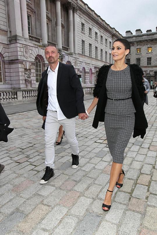 Dvojice přichází na přehlídku do stanu postaveného na nádvoří Somerset House.