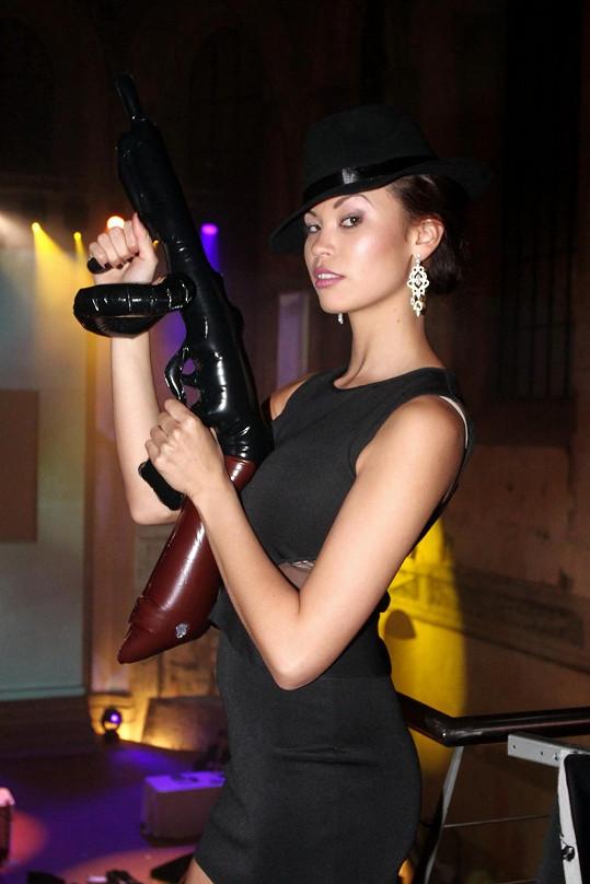 Dračice Leová pózuje s atrapou zbraně.
