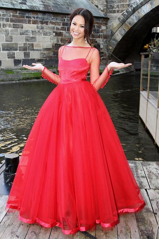 Monika Leová bude o titul Miss Earth bojovat v těchto rudých šatech.