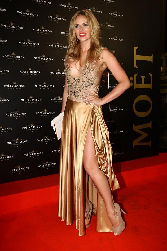 Nikol Moravcová měla šaty od stejné návrhářky.