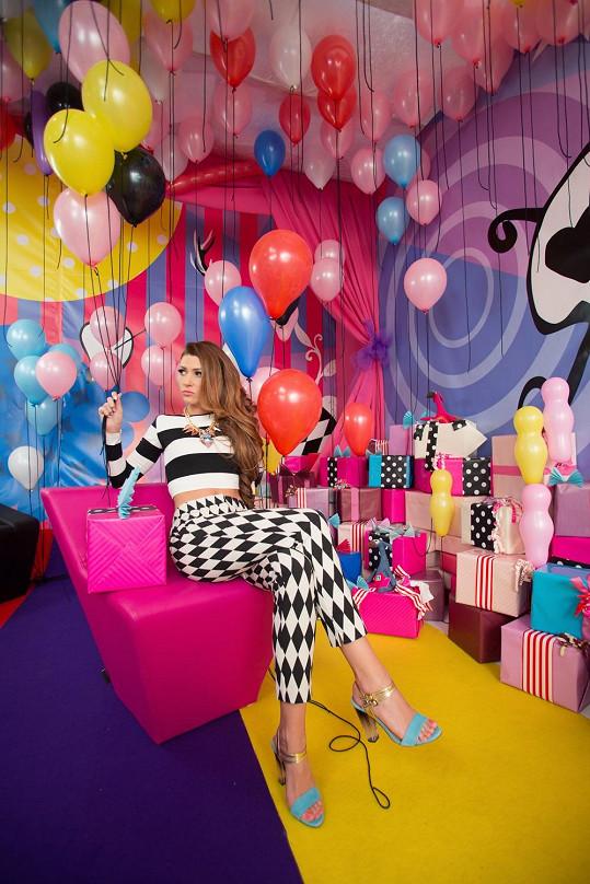 Designéři nechali volnost své fantazii a vytvořili jedinečnou a originální místnost, ve které se odehrává narozeninová párty. Stěny spestrobarevnými potisky, podlahy plné barev, netradiční nábytek a ostatní kulisy byly vytvořeny speciálně pro tento klip.