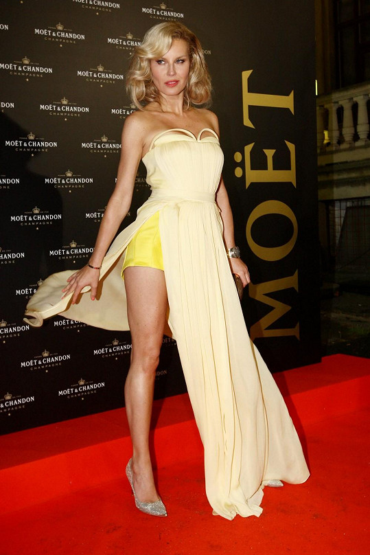 Simona Krainová na párty luxusního šampaňského v šatech Kateřiny Geislerové