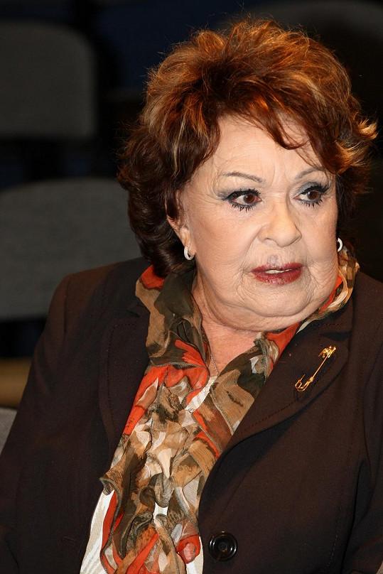 Jiřina Bohdalová si v divadle narazila žebra a musela zrušit následující představení.