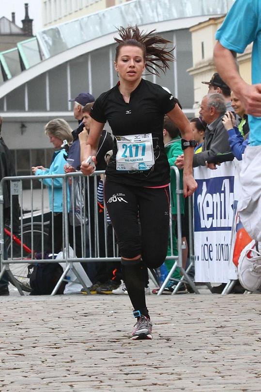 Inna při běžeckém závodě v plném nasazení.