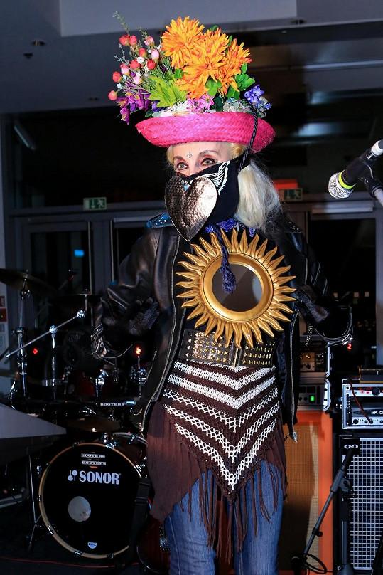Zpěvačka si libuje v extravagantních kostýmech.