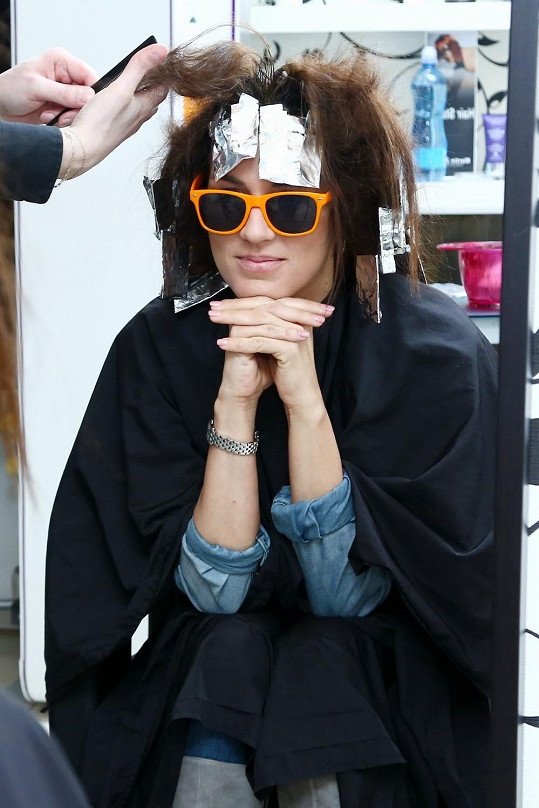 Poznali byste v brýlích a alobaly na hlavě slavnou českou modelku?