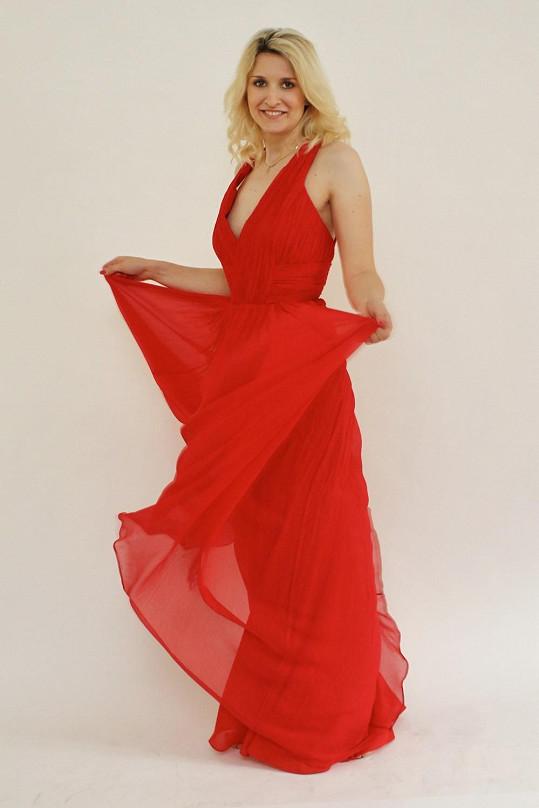Obě si vybraly jedny červené šaty. Lenka světlejší...