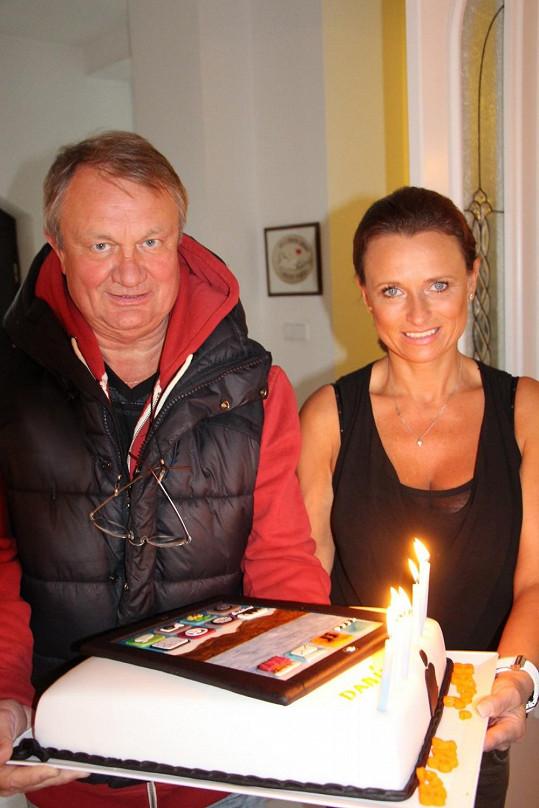 Rodiče s dortem pro syna