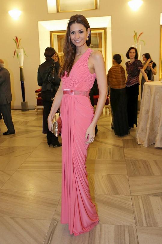 Tyto chytře střižené šaty s aranžovanými sklady Lucii Smatanové podtrhly její ženské křivky. Vlasy by zasloužily ale více péče.
